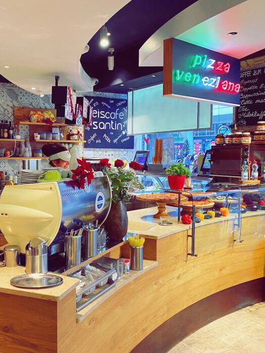 Das Eiscafe Santin in der Königstraße 1 von Innen