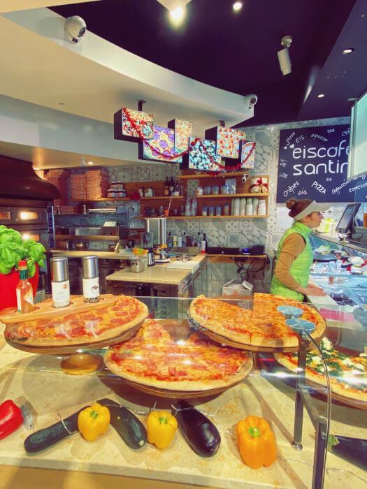 Frische italienische Pizza aus dem Ofen im Eiscafe Santin